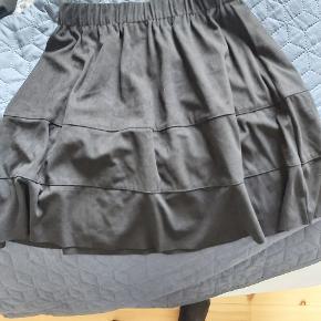 Brugt et par gange. Super fin nederdel i ruskind