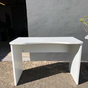 Hvidt skrivebord med bord-detalje. Én-to små ridser, ellers yderst velholdt.  Mål: 110x60x75