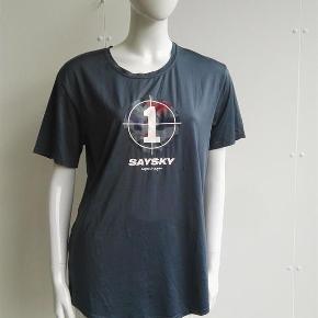 Brand: Saysky Varetype: Fed no 1 t-shirt, løbet-shirt, sportst-shirt, camouflage, refleks Størrelse: Xlarge Farve: grå, camouflage Oprindelig købspris: 350 kr.  Hej og velkommen. Jeg bliver glad, hvis du læser annoncen.  Beskrivelse: Fed løbe t-shirt fra det danske mærke Saysky. Den er sat til gmb, da mærket indvendig i nakken er noget krakeleret. Refleks på ryggen.   Størrelse: xl, xlarge, xtra large Mål:  Længde: 77 Bryst: 52 x 2  Materiale: 96% polyester, 4% spandex Mærke: Saysky Nypris: Nyprisen er estimeret Vægt: 159 gram  Porto: Sendt med DAO: 37 kr. (2019 pris). Pakken kan veje op til et kg for den pris. Hvis der er andet på min profil du ønsker at købe med, koster det ikke ekstra i porto. Mine annoncer er delt op i kategorier, dvs. alle jeans/jakker etc. er samlet ét sted på profilen, så du let kan scrolle.   Andet: Mine annoncer er til salg indtil de er solgt og jeg lukker dem. Dukken jeg bruger er ca. en xs/s. Prisen er fast.   Jeg glæder mig til at handle med dig!  Venligst   Sophie