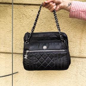 Chanel Vintage skuldertaske.  Den er indfarvet sort og kunne godt bruge en farvning igen. Serienummer er intakt. Den kommer med tags fra Vestiaire Collective.   Sælges for 6.700 DKK