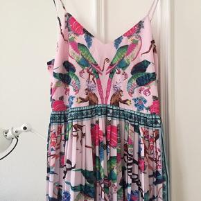 Virkelig smuk kjole. Kostede 699kr (mener jeg). Brugt én gang.
