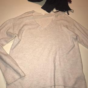 H&M Sweater, Aldrig brugt. Hørning - Passes af S-L. H&M Sweater, Hørning. Aldrig brugt, Er måske blevet prøvet på men aldrig brugt. Ren men ikke vasket. Ingen mærker eller skader