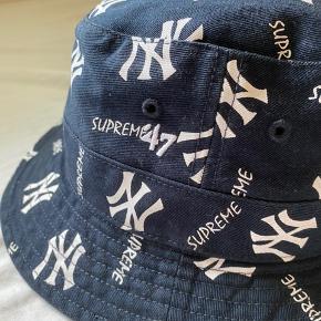 Næsten helt ny bøllehat fra supreme Det er et samarbejde mellem supreme og det ikoniske baseballhold New York Yankees Perfekt til hele sommeren Str S/M