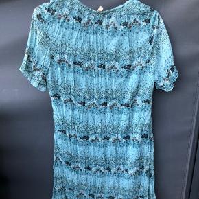 Tilbud - Gælder alle mine annoncer:  3 for 2, 6 for 4 eller 8 for 5.💥  Fin sommerkjole i 100% polyester fra mærket b.young. Kjolen er brugt få gange.  Ny pris: ca 300 kr.   I mærket står der at kjolen er XL, men den er lille i størrelsen og er måske nærmere en M (eller lille L).  Kjolen måler 87 cm fra skulder til bund og der er underkjole i, så den ikke er gennemsigtig.   Kjolen kan hentes ved min adresse på Amager, og ellers sender jeg gerne gennem appen her med DAO (køber betaler fragt). 😊🌸