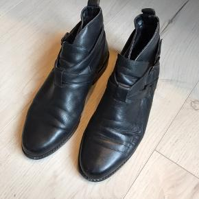 Hælene er lidt slidte. Ellers er støvlerne i fin brugt stand. Sælges også i str. 37 i brun.  Kan afhentes i Odense. Se også mine mange andre annoncer - jeg giver mængderabat.