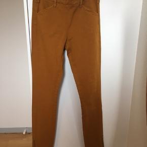 Mega fede bukser i slimfit jeans snit i lærredsstof i den skønneste brændte orange eller karrygule farve - man vil nok kalde den okker eller rust. Den har lyslås midtbag samt i foden og modellen er ankellang. Modellen hedder vist Nikita såvidt jeg kan google mig frem. De sidder som på modellen dog er farven som på billederne af mine egne. De er både helt perfekte under kjole eller alene. Der er stretch i. Str. 34. NP: 700kr.   Varen befinder sig i 9520 Skørping. Sender med DAO.  Se også min øvrige annoncer. Jeg sælger tøj, sko og accessories. Pt er min shop fuld af vintagekup, high street fund og mærkevarer i mange forskellige str. Kig forbi og spøg gerne!!