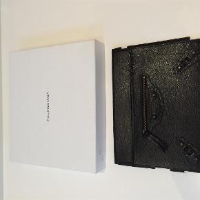 Varetype: Ipad Cover Størrelse: - Farve: - Oprindelig købspris: 2995 kr.  Eksklusivt Balenciaga iPad cover. Sort læder med rosegold hardware. Stort set ikke brugt og fremstår helt uden slid og ridser. Jeg kan desværre ikke finde kvittering, men er købt i Holly Golightly.  Bytter ikke!  Køber betaler evt TS gebyr.