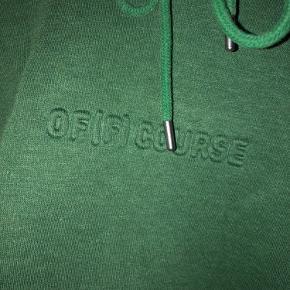 "Fed hoodie med tekst ""OF[F] COURSE"""