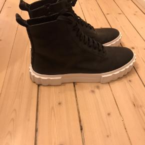 Spar over 2500,- på disse fantastiske støvler. Sælges grundet små ridser på højre støvler, som er ubetydelige ifb. brug
