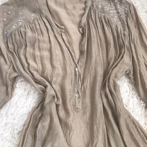 Lækker skjorte i silke og viskose blanding. Trænger til et strygejern, men ellers uden brugsspor