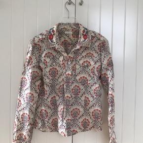 Fin cacharel skjorte med håndbroderet krave. Aldrig brugt.