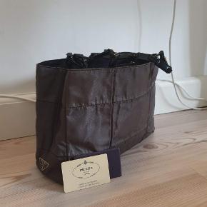 Prada reflektiv Tessuto Impunto skuldertaske Rigtig lækker quiltet prada skulder taske Måler ca 32 x 20  med et shoulderdrop på 29 cm Brugt, men er i perfekt stand🏷  Kan sendes over Trendsales 📦
