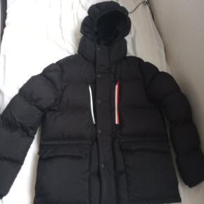 Helt ny moncler jakke, den så helt anderledes ud end på billederne så er mega ked af jeg købte den, så håber jeg kan hjælpe nogle andre med at få en fed jakke..   Den er ny brugt og stadig med pris mærke kvittering haves