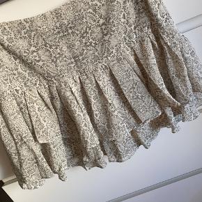 Super fin nederdel med mønster og flæser.  Måler ca. 38x2 cm i livet, længden er ca. 35 cm i siden 😊   Bytter ikke.