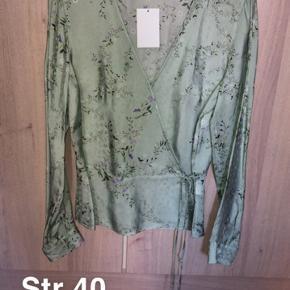 Aldrig brugt.. sælges billigt da jeg skal have tømt gevaldigt ud af min kæmpe garderobe. Alle priser er plus fragt og eventuelt gebyr.  Fra H&M trend konceptet.