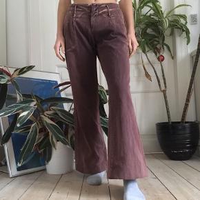 Flotte lavtaljede bukser med vidde. De er for store til mig og der er klemme i taljen på billederne.