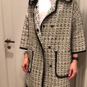 Munthe jakke i hvid og sort mønster 100% polyester  Nypris: 3500kr