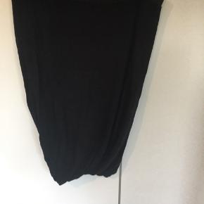 Sort twist nederdel. Svær at tage billeder af men sidder super flot. Lækker blød kvalitet   Jeg bytter ikke