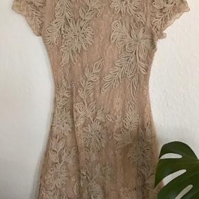 Supersmuk kjole fra HUNZA (købt hos Sophie i Aarhus) med lille ærme og masser af vidde i nederdelen. Blonde med fast underkjole i viscose og masser af stræk. Hunzas størrelser er små. Mål UDEN AT STRÆKKE STOFFET bryst: 42 cm, talje 35 og længde 100 cm.