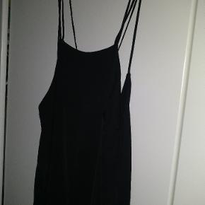 Kjole med tynde stropper og flot åben ryg. Nypris 300 kr. Købt for mange år siden men aldrig brugt.
