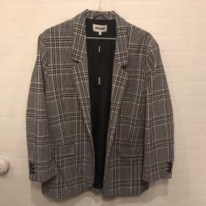 Sælger denne frakke/blazer fra Weekday. Den er aldrig nogensinde brugt, og har stadig prismærke på  Størrelse large   Nypris 500kr   mp 190,-
