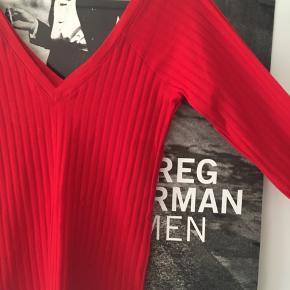 Rød tætsiddende langærmet bluse fra Zara. Dyb v-hals foran og bagved