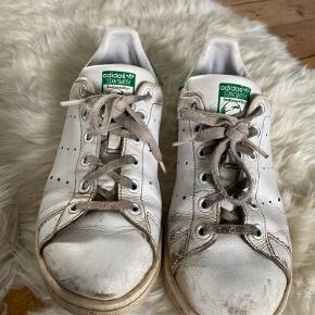 Stan Smith White / green Logo sneakers sælges 🌿  Str. 39 1/3 - de passer altså heraf både en 39 og en 39,5 virkelig perfekt. 🔆 (En 40 ville måske også lige kunne.)  Læderet er slidt, men skoens form er perfekt.  Der er altså ingen huller i skoen mm.  Det grønne bagi er gået lidt op.  En vask og en omgang Karls Kicks superwhite og et par nye snørrebånd burde sagtens kunne gøre dem superflotte igen. 🌸  NP. 750kr  Mp. BYD (sælges self. billigt grundet standen)   OBS:‼️ sælger lige nu - billigt - ud af en masse forskelligt mærketøj, tjek det ud! 🔆 🍒