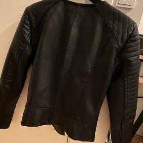 Fed læderjakke fra Vero Moda. Jakken er blevet brugt en del gange, men er stadig i rigtig fin stand!