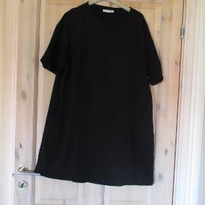 Tunika fra Zara Trafalus str L. Tunikaen er oversize og i en let A-facon. BM ca 2x58 Hel længde 90 cm  Se også mine flere annoncer med bla. dame-herre-børne og fodtøj