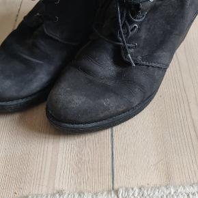 Fine støvletter, godt brugt, men kan sagtens bruges stadigvæk.