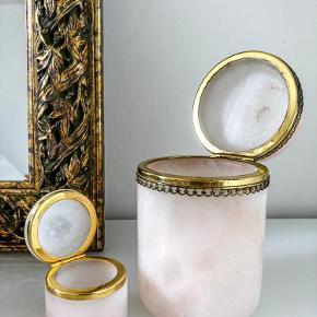 Smukkeste marmor skrin med låg og messingkanter.   Samlet pris 700.-