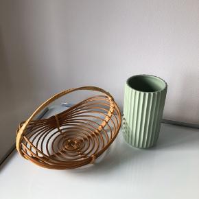 Lyngby vase 15 cm 150kr -> matgrøn 2. sortering  Fletkurv 20kr  ▪️Velkommen i shoppen 🤩👗☘️ ▪️Bud er altid velkomne 🌹📸💰 ▪️Tager ikke billeder med tøjet på ‼️‼️ ▪️Sender udvalgte varer 📦🔍💌 ▪️Afhentning nær Nørrebro st. ☑️ ▪️Ingen byttehandler 🔁🌸🖖🏼🌼