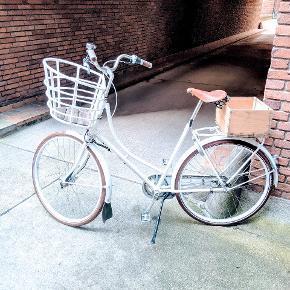 Har købt denne dejlige cykel sidste år. Den står flot dog med lettere brugstegn  se billeder. Trækasse kan let tages af bag på! Funggr fint og er en dejlig cykel. Ny pris 12000 kr. Kom med BUD