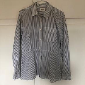"""Wood Wood """"Nicole shirt"""". Brugt 2-3 gange. Str. 40, men meget lille i størrelsen! Fitter en S/M."""