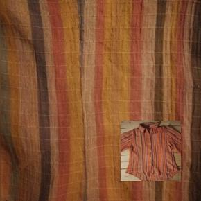 Skjortebluse i indisk bomuld.. Look. Har trekvart ærmer.. Tynd bomuld.