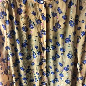 Gul maxi kjole med blå og lilla blomster pg guldtråde. Den har en blå inderkjole, som kan tages ud. Den er brugt 1 gang.