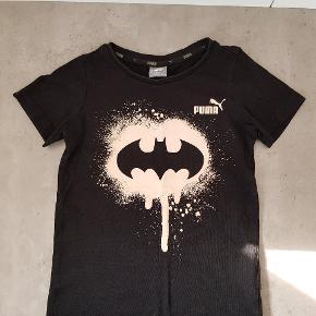 Puma T-shirt med selvlysende print, i str. 104🧒 Den er i fin stand, og er uden huller.  Den har to små pletter i det selvlysende print, som ikke er forsøgt fjernet. Den er fra røg og dyre fri hjem, og er vasket i neutral. Den kan afhentes i 6700. ℹ JEG SENDER IKKE ❗