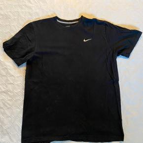 Nike t-shirt i størrelse XL, fin stand. Byd gerne!