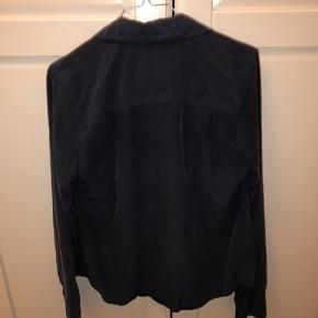 Flot skjorte i meget blødt stof   75% modal.  25% polyester.