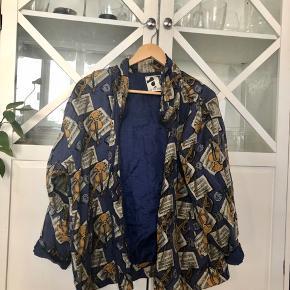 Sælger min elskede vintage jakke, da jeg desværre ikke får den brugt 🌸 Den er super fed med musikinstrumenter på, og den er virkelig rar at have på 💓 Der er en meget lille plet på, som man ikke ser. Jeg tror måske godt den kan komme af med de rette midler, men kan ikke love noget, da jeg ikke selv har prøvet ☺️