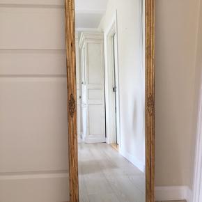 Smukt spejl med facetslebne kanter i rustik ramme, måler 55 x 135 cm