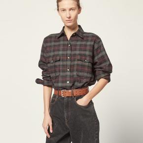 Helt ny Isabel Marant Idaho skjorte, den er fra den nye kollektion og er lige kommet i butikken. Jeg har gået med skjorten i tre timer og den sættes derfor til aldrig brugt. Både mærke, silkepapir og net medfølger.  Nypris 2350,-  Jeg bytter ikke, respekter venligst dette. Samtidig betaler køber gebyr ved tshandel (sælger og køber)