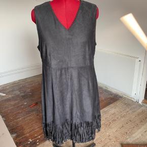 Brand: Adia Varetype: Midi kjole Størrelse: 50 (48) Farve: Grå  Grå kjole med frynser forneden.  V-udskæring og er knælang (jeg er 168). Foret. Jeg er str. 48 og passer den fint.