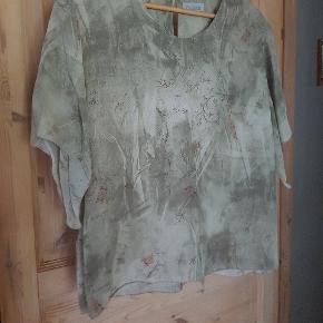 Super smuk t-shirt/top/bluse, der er rigtig behagelig at have på! Størrelse XL