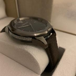 Versace Glaze Watch- brun læderur  Stand: Helt nyt, i perfekt tilstand (ubrugt)  Oprindelig pris: 5000-6000kr  Diameter: 43mm  Materiale: læder og rustfritstål   Glas: saphireglas  Vandtæt: 50m  Kvittering haves ikke  De første 2 billeder er fra nettet
