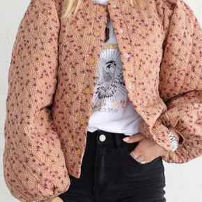 Vifave Adobe Flower Jacket fra VILA, quiltet jakke sælges, kun brugt 2 gange. Er så god som ny