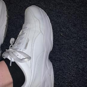 Sælger disse fede Puma sko. Jeg har brugt dem 2 gange. Men de bliver desværre for små!! Det er bestemt ikke med min gode vilje jeg sætter dem til salg 🙁. Køberen betaler portoen