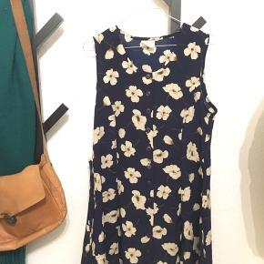 En gammel kjole der er syet om. Med bindebånd i taljen, syet til at passe str 36.   Vintage med blomster🤩
