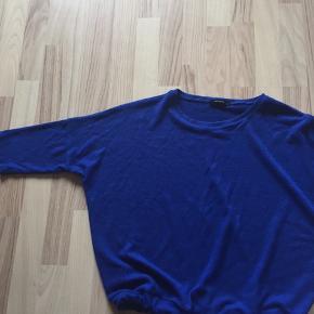 Bluse  m/l. Lodden i materialet.  Søm på bindebælte er rep i søm Er fra reserved