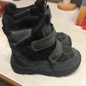 Vinterstøvler i str 28 til drenge.Aldrig brugt. Afhentes ved Ryparken  Kom med et bud